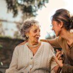uśmiechnięta babcia